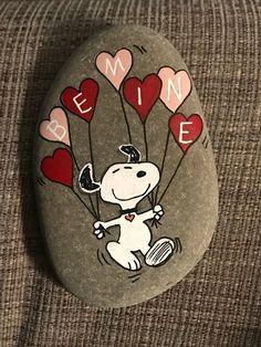 Hand painted rock Snoopy Peanuts valentine be mine balloons Hand painted rock Snoopy Peanuts valentine be mine balloons,Steine bemalen Valentine … Rock Painting Patterns, Rock Painting Ideas Easy, Rock Painting Designs, Pebble Painting, Pebble Art, Stone Painting, Stone Crafts, Rock Crafts, Snoopy Valentine