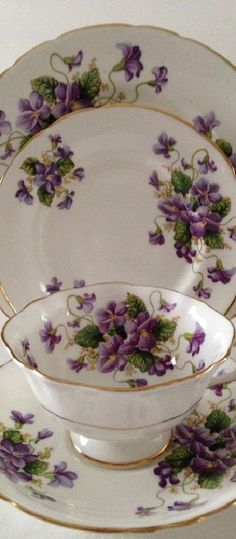 "vaisselle : Vintage Paragon ""Valentine"" china tea cup, saucer and plate made in England. A white ground with purple violets on the cup, saucer and plates. A beautiful China Cups And Saucers, China Tea Cups, Teapots And Cups, Café Chocolate, Sweet Violets, Vintage China, Vintage Teacups, Tea Sets Vintage, Tea Service"