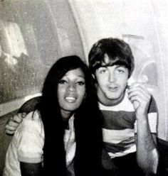 Paul McCartney and Ronnie Spector of The Ronettes. The Ronettes were the only girl group to ever toured with The Beatles. She is so gorgeous! Wink wink Lennon so loved her. Paul Mccartney, The Ronettes, Ronnie Spector, Rock & Pop, Rock And Roll, Elvis Presley, Radios, Sir Paul, Interracial Love