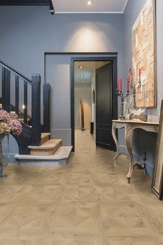 Quick-Step Laminate flooring - Impressive patterns 'Royal oak natural' (IPA4142) in a classic hallway. Click here to discover your favorite hallwayfloor. #laminat #flooring #inspiration #interiordesign #oak