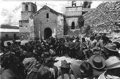 La plaza de Armas de Lucanamarca en Ayacucho, el gran fotógrafo,Oscar Medrano, llega al día siguiente de la matanza ocurrida un día como hoy, 3 de abril de 1983. Dentro de la Iglesia se acumularon los muertos con machete realizado por los senderistas.