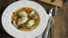 Этот рецепт супа настолько прост, насколько же он изумительно вкусный в итоге. Сложного нет ничего, но этот куриный суп с кнелями имеет потрясающий вкус. В этом рецепте всё дело в кнелях. С помощью такого приготовления эти французские «тефтельки» получаются очень нежными и сочными.
