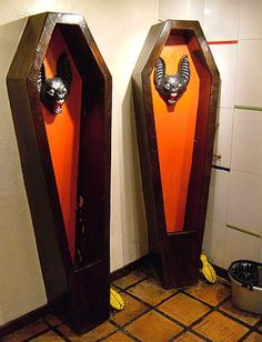 Funny/Weird urinals The urinals in the bathroom of the restaurant/bar La Jugueteria, in La Macarena district of Bogota, Colombia Thomas Crapper, Cool Toilets, Think Tank, Youre Crazy, Food Lion, Amazing Bathrooms, Oeuvre D'art, Decoration, Coffin