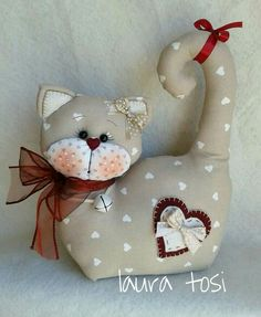 Gattino tenero by Laura Tosi https://www.facebook.com/fattoconamorelaura #cucitocreativo #creativemamy #handmade #cucitoamano #artesanato #creativas #handmadewhitlove #gatti #lemaddine #fermaporta