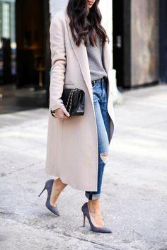 mujer caminando en la calle con tacones y saco beige