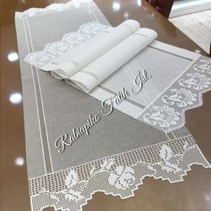 🌸🌸runnerlar🌸🌸 @ rabiapiko🌸 plain and stylish products🌸 harmony of gray and white🌸 we have finished another quality work🌸 Crochet Borders, Filet Crochet, Diy Crochet, Crochet Stitches, Borboleta Crochet, Bed Cover Design, Crochet Curtains, Viking Tattoo Design, Sunflower Tattoo Design