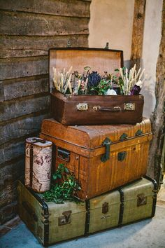 Relaxed and Rustic 'Vintage Travel' Insipired Barn Wedding A Vintage Travel Insipired Barn Wedding.would be cool as just a house-hold decorationA Vintage Travel Insipired Barn Wedding.would be cool as just a house-hold decoration Old Trunks, Vintage Trunks, Trunks And Chests, Deco Champetre, Vintage Suitcases, Vintage Luggage, Vintage Suitcase Decor, Vintage Travel Decor, Vintage Travel Wedding