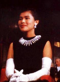M The Queen Sirikit of Thailand. Hm The Queen, King Queen, Thailand Fashion, King Rama 9, Queen Sirikit, Thailand Photos, Bhumibol Adulyadej, Thai Traditional Dress, Royal Crowns