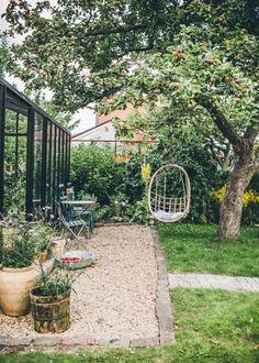 62 stunning small cottage garden ideas for backyard inspiration Small Cottage Garden Ideas, Garden Cottage, Small Garden Plans, Prairie Garden, Shabby Chic Garden, Back Gardens, Outdoor Gardens, Roof Gardens, Indoor Garden