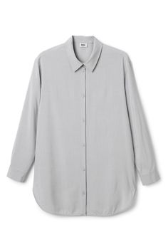 The Conform Shirt is an oversized shirt with long sleeves, rounded hem and a classic shirt-collar. This loose and flowy shirt is made from a viscose and lyocell mix with a lightweigth feel.  - Size Small measures 112,50 cm in chest circumference and 83 cm in back length. The sleeve length is 57 cm.