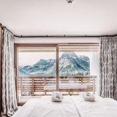 Unser Alltag ist stressig und dicht geplant, unsere Entscheidungen schnell und kopflastig. ✨ Macht einen bewussten BREAK und vertraut eurem Baugefühl, entscheidet euch für einige Tage voller Wohlfühlmomente. 〽️ Ab dem 𝟮𝟱. 𝗝𝘂𝗻𝗶 𝟮𝟬𝟮𝟭 könnt ihr diesen BREAK wieder bei uns in den goldenen Bergen auf 1.700 Metern genießen. Wir freuen uns schon wieder auf viele #goldenmoments. 💫 #hotelgoldenerberg #alltag #break Berg, Juni, Windows, Curtains, Home Decor, Luxury, Blinds, Decoration Home, Room Decor