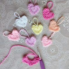 Verspreid wat meer liefde in de wereld door gehaakte hartjes te verspreiden! Je vind hier een mini haakpatroontje van een schattig hartje.
