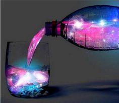 """Falls Ihr nach einem ultimativen Kracher für Eure nächste Hausparty sucht, ist der """"Glowing Aurora Cocktail"""" genau das Richtige! Im Schwarzlicht leuchtet der Drink Aquamarin!"""