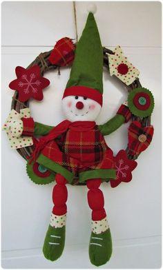 Linda guirlanda boneco de neve, aprox. 30 cm Deixe seu casa ainda mais feliz e em clima de festas com essa linda guirlanda. Ao chegarem os convidados vao saber, que a festa começa em seu lar. R$89,90