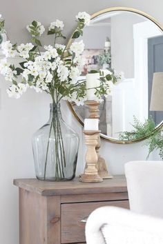 30 Farmhouse spring decorating ideas to make your home come alive Sometimes it can be hard to find pretty farmhouse decor ideas. Here are 30 of the best farmhouse Spring decor ideas for your home W… Home Living Room, Living Room Decor, Bedroom Decor, Bedroom Ideas, Wall Decor, Vases Decor, Table Decorations, Table Centerpieces For Home, Everyday Centerpiece