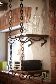Kovaná polica do pivnice - kovaný nábytok