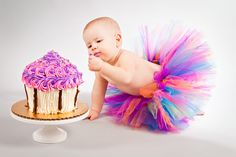 A beautiful photo shoot for a first birthday girl involving cupcakes and balloons.
