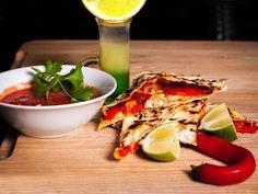"""Мексиканская закуска-""""Кесадилья"""" - тартилья -1 шт (лепешка) - лук красный -1шт - перец болгарский -1 шт - куриное филе - 400 гр - кукуруза консервированная - 200 гр - помидоры пелати (консервированные в собственном соку)-1 банка 300гр - чеснок -1 зубчик - сыр чедер или любой любимый сливочный сыр - 200 гр - пармезан или грано падано - 20 гр - 1\2 лимона - соль,перец"""