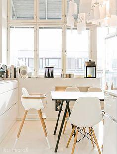 puro estilo nórdico moderno muebles de diseño librerias de obra grandes ventanales decoración en blanco casa de diseño blog decoración nórdica altos techos vigas blancas accesorios de diseño nórdico