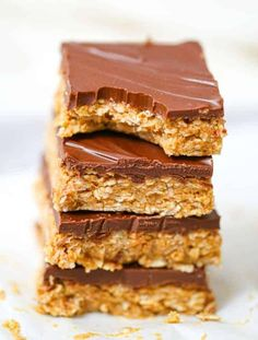 Healthy No-Bake Chocolate Peanut Butter Oatmeal Bars - These easy Healthy No-Bake Chocolate Peanut Butter Oatmeal Bars are so easy to make and they are definitely super yummy and 4 ingredients is all that is required! #peanutbutter #chocolate #healthysnack #snack #oatmeal #bars