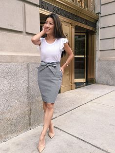 what to wear to work // summer business casual outfits for petite women (seersucker bow pencil skirt + ruffle tee)