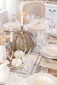 Tisch Schlicht 25 Thanksgiving Table Setting Ideas Your Guests Will Love - These Thanksgiving table setting ideas will make your tables look so festive this holiday season! Here are the best Thanksgiving table decorations to try! Tisch Schlicht 25 Than Diy Thanksgiving Centerpieces, Thanksgiving Diy, Thanksgiving Tablescapes, Fall Table Decorations, Centerpiece Ideas, Fall Table Settings, Thanksgiving Table Settings, Setting Table, Place Settings