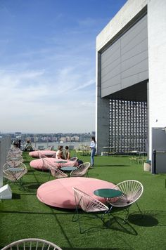 Trendy Boutique hotels are fun for family organized private parties with balloons, juice drinks, music, etc.between young adults. Le Bain on top of the Standard Hotel, NYC - Rooftop Restaurant, Rooftop Terrace, Restaurant Design, Outdoor Cafe, Outdoor Living, Outdoor Decor, Standard Grill Nyc, Hotels In Bangkok, Patio Chico