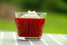 Anret jordbærgrød i et lilel glas, og pynt med flødeskum. Det er en dessert, som alle kan lide. Foto: Guffeliguf.dk.