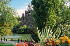Lac Daumesnil, Bois de Vincennes  O maior parque público de Paris, o Bois de Vincennes foi projetado entre 1855 e 1866 sob o reinado do imperador Napoleão III.   O Lago artificial Daumesnil está situado em um belo jardim Inglês e inclui duas ilhas em que ficam um Templo do Amor e um Chalé suíço.