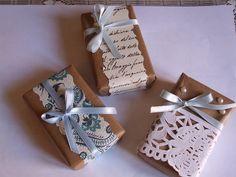 Estos jabones de glicerina envueltos con papel craft y decorados con diferentes lazos y perlas fueron la guinda del pastel en la b...