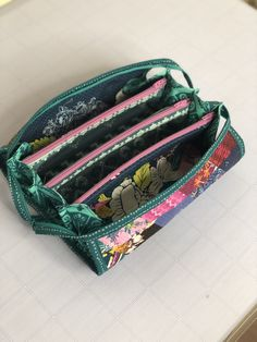 Sew Together Bag (with Video Tutorial) - Mister Domestic Bag Pattern Free, Pouch Pattern, Bag Patterns To Sew, Handbag Patterns, Sew Together Bag, Women's Wristlets, How To Make Purses, Quilted Tote Bags, Wallet Tutorial
