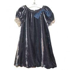 Vestido diseñado por Nieves Álvarez para estas fiestas. Para niña, elegante y sencillo