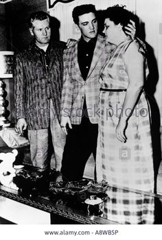 elvis-presley-with-his-father-vernon-and-mother-gladys-about-1956-A8WB5P.jpg (935×1390)