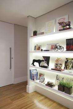 Apartamento Oscar Freire / Triplex Arquitetura #shelves #wall #lighting
