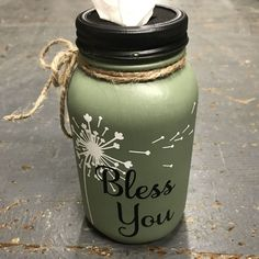 Mason Jar Crafts – How To Chalk Paint Your Mason Jars - Relanity Mason Jar Christmas Gifts, Mason Jar Gifts, Mason Jar Diy, Mason Jar Storage, Mason Jar Bathroom, Mason Jar Fall Crafts, Cheap Christmas Crafts, Mason Jar Candle Holders, Rustic Mason Jars