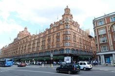 Chic department store in London, Harrods offers customers a first class service and luxury presentation, that one comes there to buy high-fashion items such as pet accessories! Fine and luxurious products presented in the sumptuous surroundings of the large Knightsbridge store no less than 7 floors and 330 departments. © jlberga - Fotolia.com