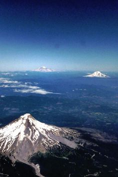 Mt Hood, Mt Rainier and Mt St Helens - Washington. Absolutely loved this view when flying into SeaTac <3
