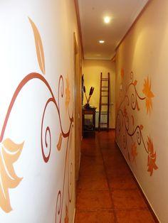 mural de flores en pasillo de casa en madrid