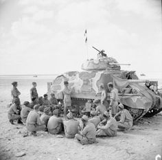Tank crews receiving instruction on the Grant tank, 9 September 1942.