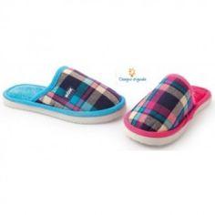 Papucei pentru copii, utili atat la gradinita cat si acasa:  - talpa din cauciuc microporos;  - partea superioara din material textil;  - design original;  - marigini tivite;