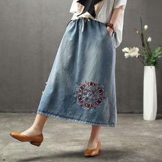 Denim Floral Embroidery A-Line Women Skirt Vogue Fashion, Denim Fashion, Skirt Fashion, Fashion Dresses, Spring Fashion Casual, Modest Fashion, Cute Casual Outfits, Modest Outfits, Crochet Shawl Free