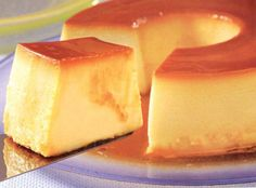 Flan de Queso! Ingredientes: 1 barra de queso crema ablandado 1 lata de leche evaporada 1 lata de leche condensada 5 huevos 1 cdta de vainilla Preparación: 1- Precalienta el horno a 350 grados F y prepara el molde con el caramelo (1 taza de azúcar y ¼ taza de agua) Reserva 2- Coloca todos los ingredientes en la licuadora hasta que esté todo bien unido. Vierte la mezcla en el molde ya caramelizado. 3- Hornea en baño de maría por 45 minutos a 1 hora aprox. Deja enfriar bien antes de desmoldar.