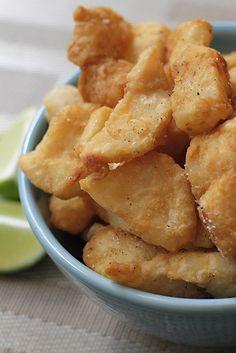 El pescado frito es una de las recetas más fáciles y deliciosas, además nos pueden sacar de apuros en un momento! Lo mejor es que a todos les encanta y no se pueden resistir a un bocado de pescado bien crocante! Esta receta de verdad que es muy simple, se necesitan unos poco ingredientes que todos tenemos en casa.