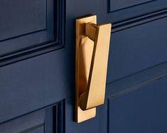 Are you interested in our slim brass door knocker ? With our gold door knocker you need look no further. Front Door Hardware, Front Door Handles, Black Door Handles, Porte Design, Door Design, Cabinet Design, Brass Door Knocker, Door Knockers, Feng Shui