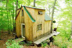 Homem em busca de uma vida mais simples constrói casa na floresta com menos de 4 mil dólares