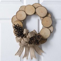27 Extraordinary DIY Branches and DIY Log Crafts for Ornament Christmas Christmas Wood Crafts, Holiday Crafts, Christmas Diy, Christmas Wreaths, Christmas Decorations, Natural Christmas Ornaments, Country Christmas, Christmas Christmas, Wood Slice Crafts