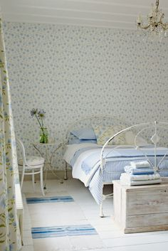 This pretty Sabine wallpaper design by Sanderson looks perfect in this relaxing bedroom #floralwallpaperbedroom