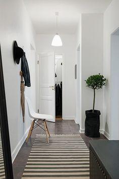 Interior Design Ideas For Entrance Ways Monochrome Interior, Scandinavian Interior Design, Minimalist Interior, Home Interior Design, Interior And Exterior, Entrance Hall Decor, Entrance Ways, Unique Home Decor, Home Decor Styles