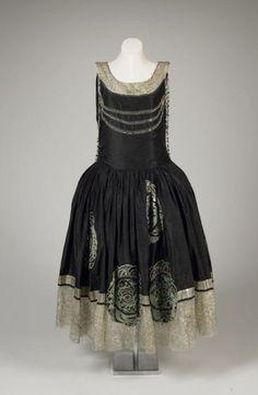 Мода 1920-х годов - это не только прямые платья-чехлы с заниженной линией, но и изысканные Robe de Style.  Платья дома Lanvin 1920-х годов. 1924