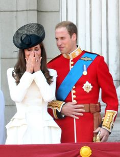 Kate Middleton Photos - Kate and William, the Duke and Duchess of Cambridge, are seen on the balcony of Buckingham Palace during the Trooping the Colour Parade. - A royal marching band plays during the Trooping the Color Parade Vestidos Kate Middleton, Kate Middleton Dress, Kate Middleton Prince William, Prince William And Catherine, Kate Middleton Style, William Kate, Princesa Kate Middleton, Lady Diana, Royal Fashion